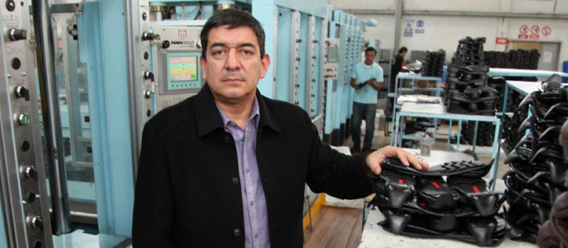 7fc7f177 Víctor Navas, gerente de Milplast en Ambato, controla que la producción sea  de alta