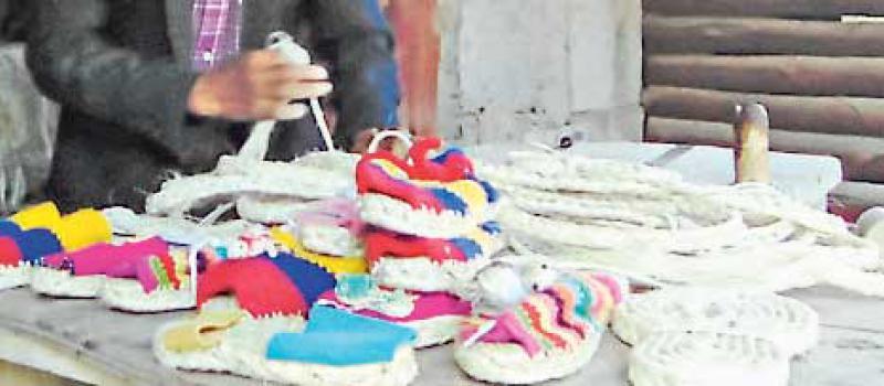 Segundo Sigcha confecciona alpargatas con la cabuya. Tiene de varios colores, tipos y estilos