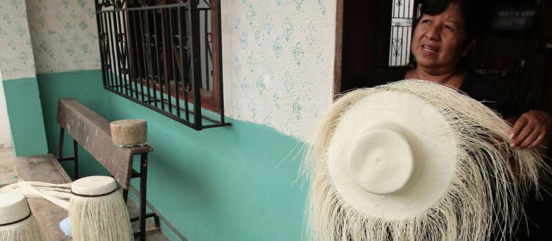 8f1ebea745fe6 Los sombreros se elaboran en las casas de los habitantes de esta parroquia  del cantón Montecristi