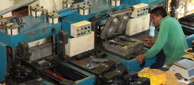 18da521478 Una imagen de la producción de calzado en la empresa Vecachi. La entidad  emplea a