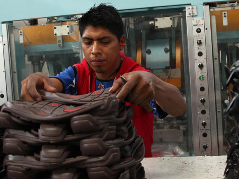 e65cef16 Junto a otras empresas que funcionan en el país, abastecen a la industria  del calzado con 12 millones de pares de suelas anuales, es decir, ...